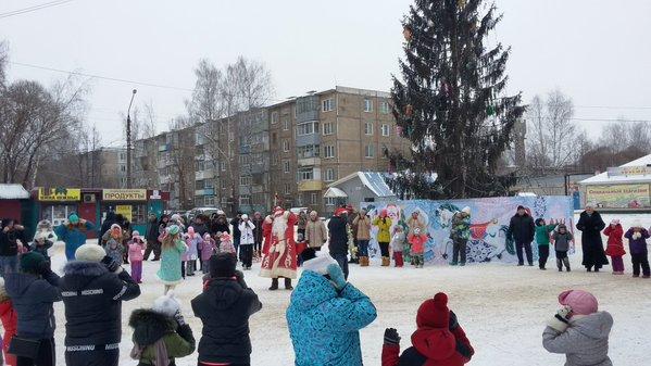 В с.Ново-Талицы жители приветствуют Деда мороза и Снегурочку у главной елки Ивановского района