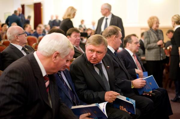 Провести общественные слушания программы антикризисных мер правительства российской федерации на 2009 год предложил
